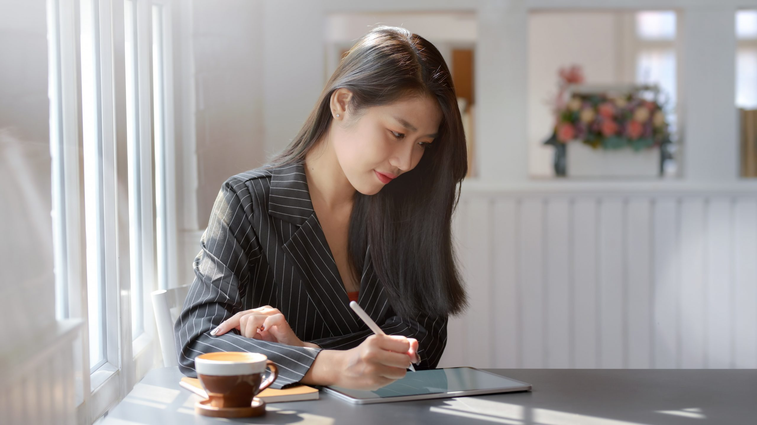 business accounting brisbane - woman writing with pen